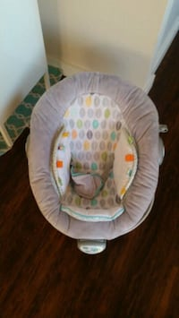 baby's white and gray bouncer Brantford, N3R 1G9