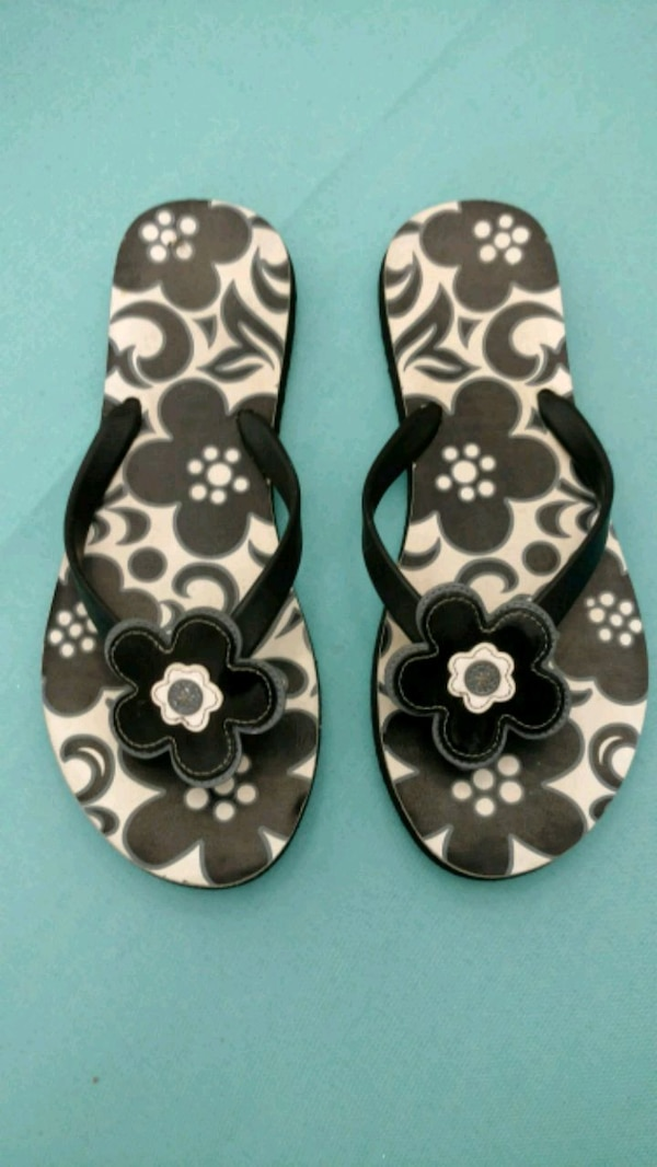 7444fd204 Used Vera bradley size 9 black floral flip flops for sale in Manchester