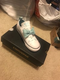 Toddler girl converse size 10 NEVER WORN.