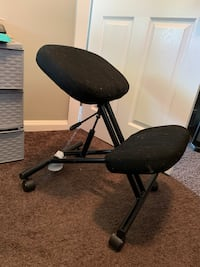 Pneumatic kneeling chair