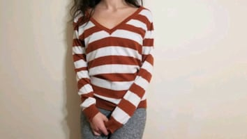 White/brown striped v-neck pullover (woman) medium