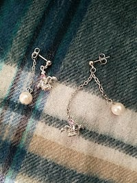 pair of silver-colored dangling earring with pearl beads