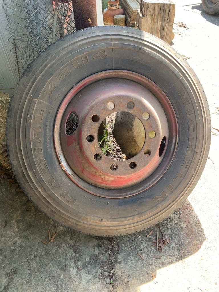 Photo Michelin Tire with Rim - Size 10R22.5 - for ForeTravel MotorHome