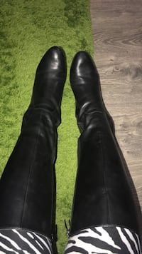 Enzo Angiolini ( italien leather) Black long boots with wide calf elastic is a size 10. Can also fit a size 9-9.5 with winter or thick socks . Worn only couple of times last winter . I hate wearing it because it takes times wearing with the zippers . I pr Montréal, H4B