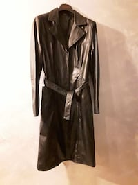 trench in pelle grigia
