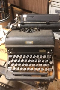 Old royal typewriter. 25 obo