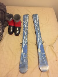 blue-and-gray ski blades with boots