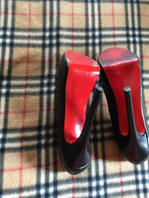 Women's shoes it's about a 6 in heelnice shoe  59ad1ce7-9c72-4cbd-9bd0-fe2a4177b055
