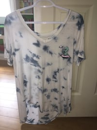 White and blue scoop-neck shirt London, N5Y 3H2
