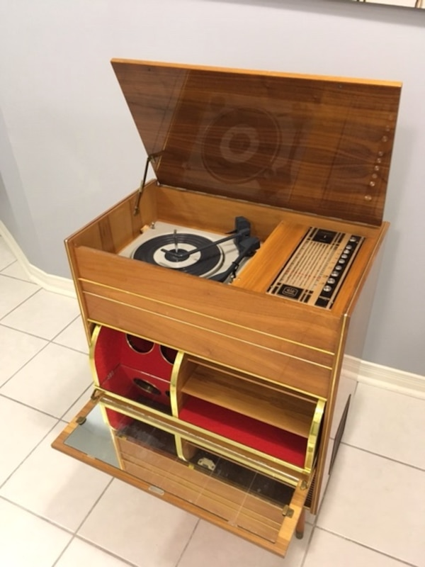 Vintage 1960's Record player and radio - working great af2b17fb-9c40-4fb1-a641-8d58b664a08f