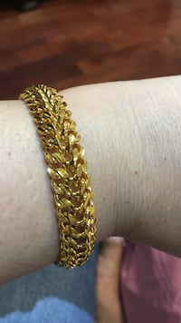 gold-colored chain bracelet