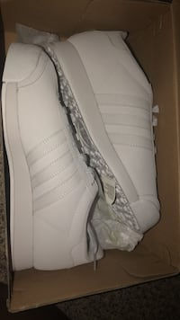 Pair of white adidas low-top sneakers with box Bettendorf, 52722