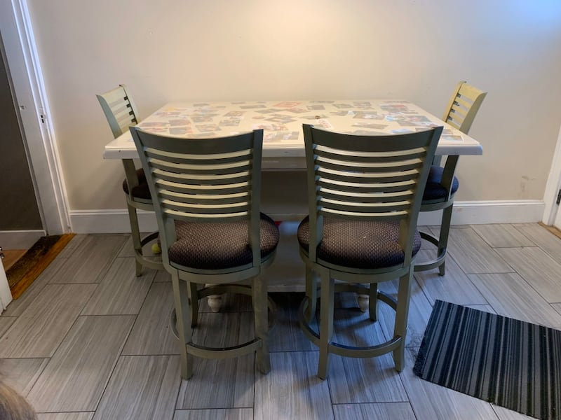 Table and chairs 401a7207-fc26-4f3d-9a1e-0247458d2579
