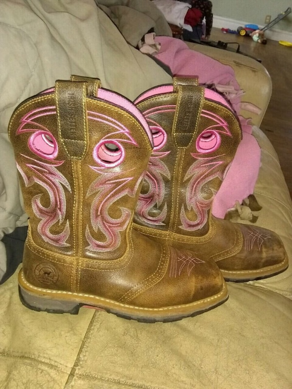 pair of brown leather cowboy boots c4d74aa6-bb68-49b3-a256-02927bf657ed