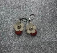 Pair of silver-and-white earrings Myrtle Beach, 29579