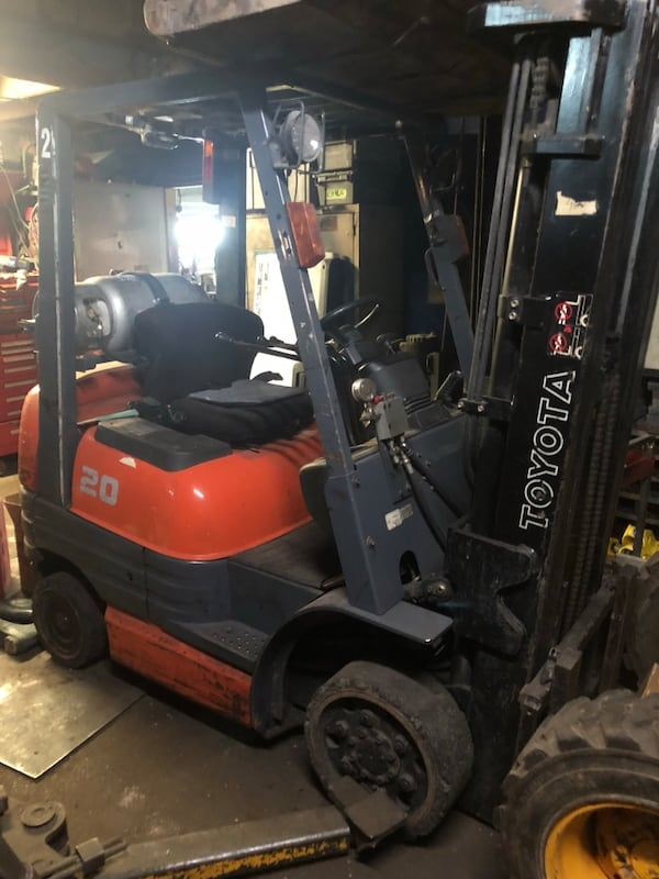 Red and gray toyota 20 forklift 64eb74d6-fb7e-45e0-8ccf-c32040024d45