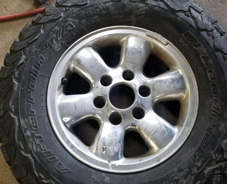 Photo 2005 toyota tacoma 16 inch wheel and tire