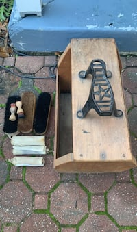 Shoe shine box with brushes and polish cloths Springfield, 19064