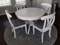 45'' Round Pedestal Table w/ 4 Chairs Chantilly