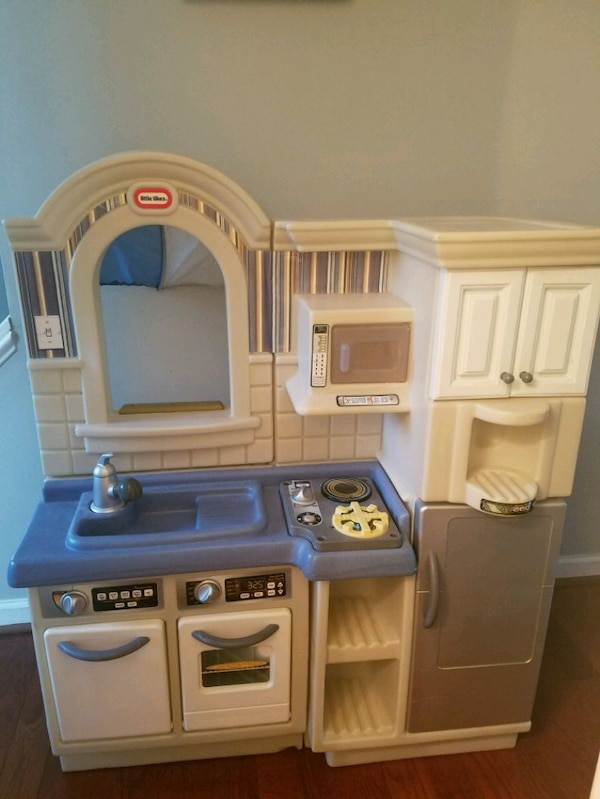 Little Tikes Play Kitchen with play food 7d208d0d-3ec6-411f-aeee-3d47602bdbe6