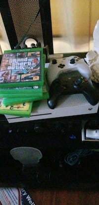 Xbox 1s 2controllers 7 games  Rocky Mount, 27803