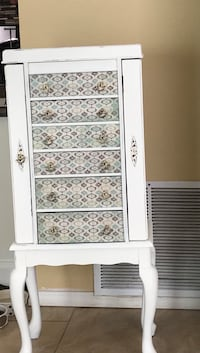 Beautiful white shabby chic jewelry armoire so pretty and sealed for protection  Alburquerque, 87120