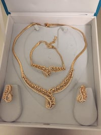 White and gold-colored necklace Whitby, L1P