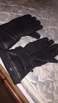Pair of XL black leather riding gloves Middletown, 10940