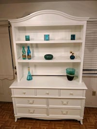 Solid wood white dresser with hutch in very good condition, all drawer Annandale, 22003