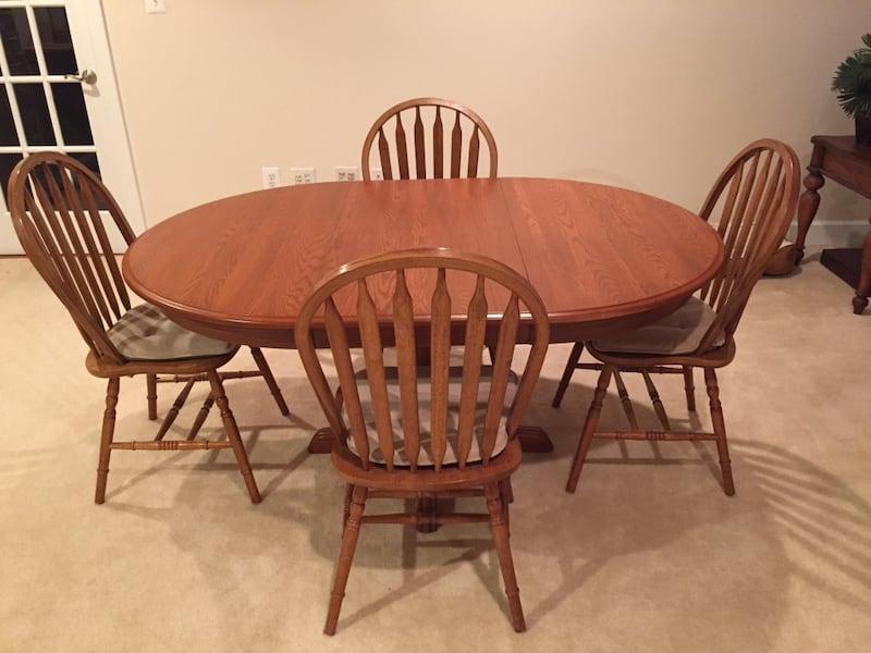 Havertys Dining set. Original price is over $2k. Like new! Solid Oak! 938d43a7-29eb-446d-8fb3-bd90fbe3c11b