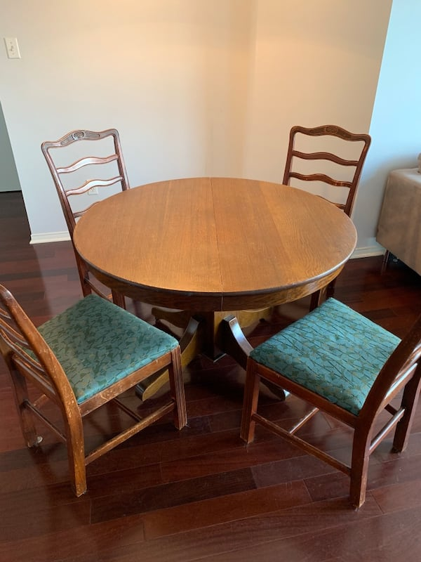 Solid oak table + six chairs edc27a78-4fcf-40b6-9953-76621dded002