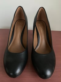 Pair of black leather pumps Springfield, 22150