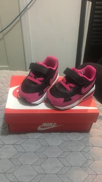 pair of toddler's pink-and-black Nike strap sneakers with box Montréal, H1Z