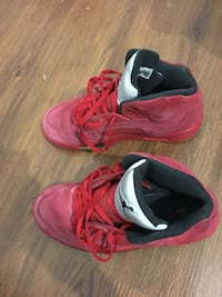 pair of red-and-black Nike basketball shoes Montréal, H3S 1T4