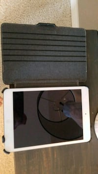 Ipad Mini 2 16gb ( Almost new) comes with charger Lorette, R0A 0Y0