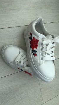white and red floral print low-top sneaker 15524 km
