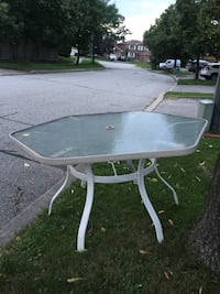 Solid table free to pick up in Rushton cres  Mississauga, L5L 4H3