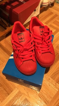 Red superstars size 5 in women's Toronto, M1C 5E2