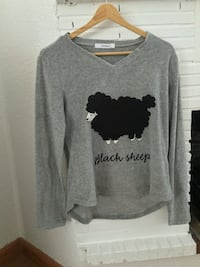 Camiseta de pijama con cuello de pico estampado black sheep gris y negro Madrid, 28012