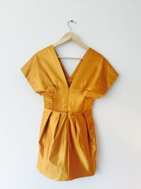 CA$50 BCBG MAXAZRIA So So Cute Iridescent Dress! Adding beautiful shape, this little number is hot! Beautiful materials and amazing retro colour! BCBG MAXAZRIA 100% Silk lining. Size 0  Ottawa