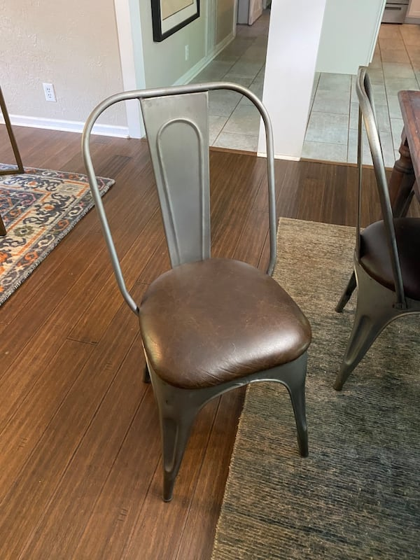 Hard wood tabke snd 6 chairs two hard wood four metal and leather a4ff357c-d80c-43d9-8305-22105013f83f