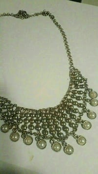 gold-colored and white pearl beaded chain collar necklace