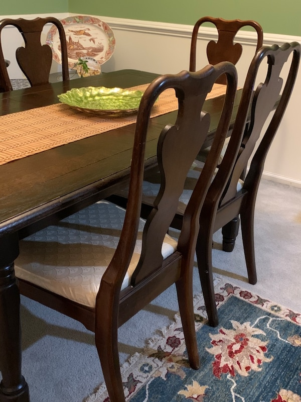 Dining room table and 6 chairs 16d46f4a-a811-4309-9f9b-4fedd4b40cc4