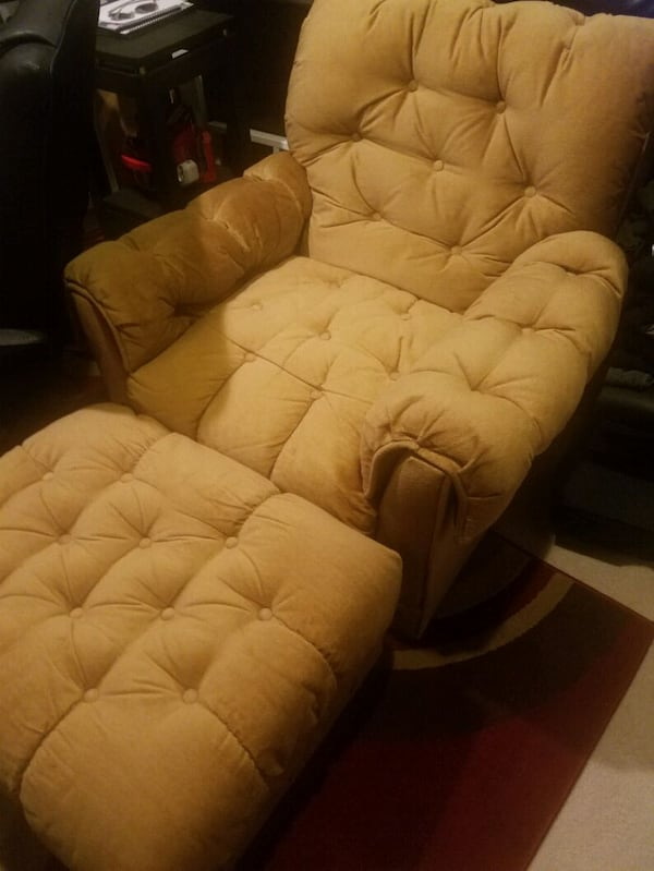 Recliner plus 3 set coutch , i new condition , no spots or damages.  b30adc07-8a13-4dd9-9f48-15a111f9b0e7