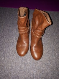pair of brown leather boots 2658 km