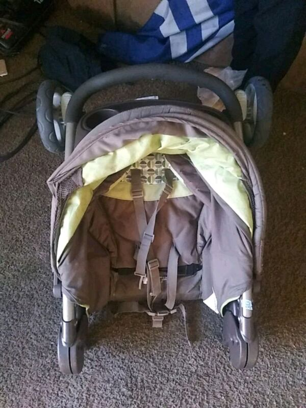 Foldable Stroller WILL DELIVER 33687e70-d483-4fc2-b6b7-a1ee0afd3226
