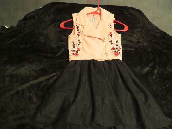 THIS IS A GIRLS BEAUTIES SIZE 7 DRESS.  BRAND NEW.      ASKING $30.00 682c5cb9-b626-46a1-a2c4-8ef90922e5ce