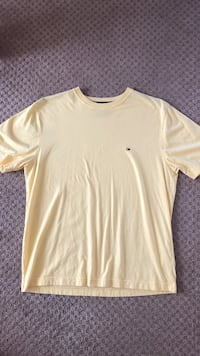 Men's Tommy Hilfiger T-shirt in baby yellow size medium Surrey, V3X 0B3