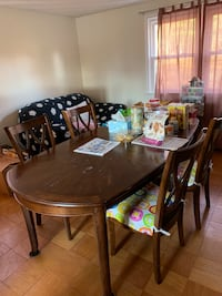 Extendable Dining table & 4 matching chairs
