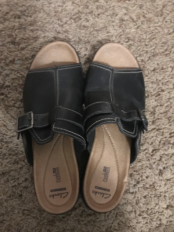 pair of brown leather sandals af48941e-d146-4413-bf8e-f80415c00030